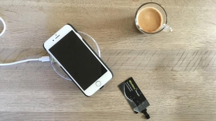 Trådløs opladning af iPhonen. Foto: Martin Wolsing